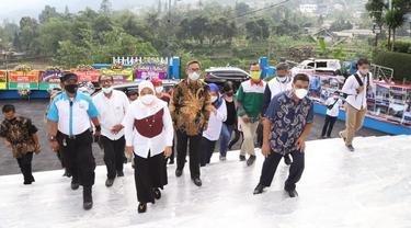 Menteri Ketenagakerjaan, Ida Fauziyah, bersama dengan Presiden KSPI Said Iqbal, meresmikan Pusdiklat Milik Federasi Serikat Pekerja Metal Indonesia (FSPMI), di Bogor, Senin (14/6/2021).