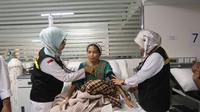 Dokter KKHI Madinah sedang memeriksa jemaah haji sakit. Darmawan/MCH