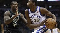 Forward Golden State Warriors Kevin Durant (kanan) coba melewati bintang Milwaukee Bucks Eric Bledsoe pada pertandingan NBA melawan Milwaukee Bucks di Harris Bradley Center, Jumat (12/1/2018) atau Sabtu (13/1/2018) WIB. (AP Photo/Morry Gash)