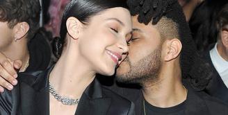The Weeknd dan Bella Hadid sepertinya semakin mesra usai tertangkap kamera berciuman. (YouTube)