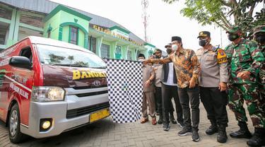 Eri Cahyadi melepas mobil vaksin Surabaya ke Sidoarjo. (Dian Kurniawan/Liputan6.com)