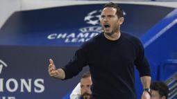 Pelatih Chelsea, Frank Lampard, memberikan arahan kepada pemainnya saat menghadapi Sevilla pada laga Grup E Liga Champions 2020/2021 di Stamford Bridge, Rabu (21/10/2020) dini hari WIB. Chelsea bermain imbang 0-0 atas Sevilla. (AFP/Toby Melville/pool)