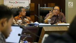 Menteri Koperasi dan Usaha Kecil Menengah (UKM) Anak Agung Gede Ngurah Puspayoga (kanan) menyampaikan keterangan pencapaian tiga tahun pemerintahan Presiden Jokowi-JK di Gedung Bina Graha, Jakarta, Selasa (17/10). (Liputan6.com/Angga Yuniar)