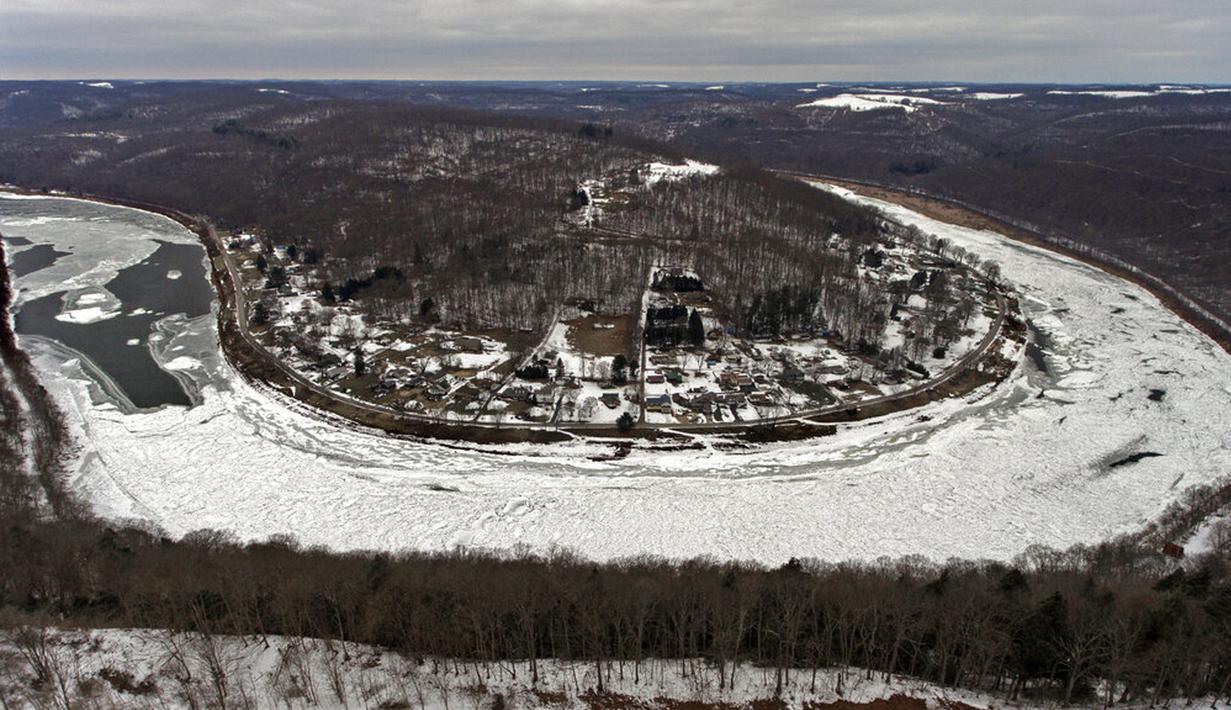 Pemandangan Sungai Allegheny yang tertutupi es di Brady's Bend, East Brady, Pennsylvania, Amerika Serikat, Selasa (23/2/2021). Dengan musim dingin yang terus-menerus, ada kemacetan es di sepanjang Sungai Allegheny utara. (Matt Freed/Pittsburgh Post-Gazette via AP)