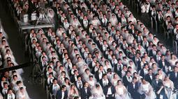 Ribuan pasangan pengantin dari seluruh dunia menghadiri upacara pernikahan massal di Cheong Shim Peace World Center, Gapyeong, Korea Selatan, Senin (27/8). (AP Photo/Ahn Young-joon)