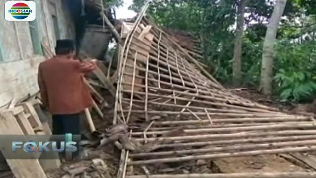 Tercatat 800 rumah warga Cianjur mengalami kerusakan dan 600 rumah lainnya terancam longsor.