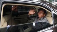 Mantan Ketua Mahkamah Konstitusi, Mahfud Md berada dalam mobil ketika meninggalkan Gedung KPK, Rabu (27/2). Mahfud Md memenuhi undangan para unsur pimpinan KPK untuk berdiskusi tentang tindak pidana korupsi dan pencegahannya. (Merdeka.com/Dwi Narwoko)