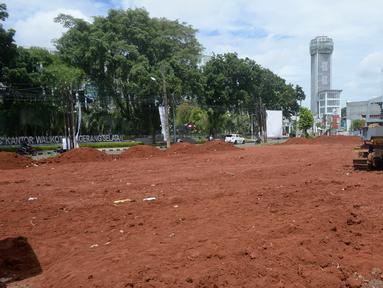 Pekerja mengunakan alat berat meratakan tanah untuk pelebaran jalan dan pembuatan alun-alun di depan Kantor Wali Kota Tangerang Selatan, Banten, Senin (30/11/2020). Pemkot Tangsel rencananya akan membangun alun-alun seluas 20 hektare untuk bisa nampung kegiatan warga. (merdeka.com/Dwi Narwoko)