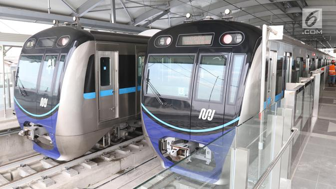 Dua kereta MRT berada di stasiun Lebak bulus Jakarta, Senin (25/2). Pada 5 Maret nanti pihak Kereta MRT akan membuka pendaftaran uji coba umum. Dengan begitu, masyarakat bisa mengikuti progres pembangunan. (Liputan6.com/Angga Yuniar)#source%3Dgooglier%2Ecom#https%3A%2F%2Fgooglier%2Ecom%2Fpage%2F%2F10000