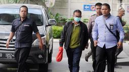 Bupati Mesuji Khamami (tengah) tiba di Gedung KPK, Jakarta, Kamis (24/1). Khamami ditangkap bersama 10 orang lainnya di Lampung pada Rabu 23 Januari 2019. (Merdeka.com/Dwi Narwoko)