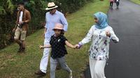 Artis Laudya Cynthia Bella berjalan sambil menggenggam tangan anak Engku Emran, Engku Aleesya saat menuju lokasi foto prewedding di Sumatera Barat. (instagram/laudyacynthiabella)