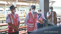 Menhub Budi Karya Sumadi memantau pergerakan penumpang pada KRL Jabodetabek di Stasiun Manggarai, Jakarta pada hari kedua Lebaran, Jumat (14/5/2021). Dok: Kemenhub