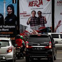 Baliho tiga pasang calon Pilkada DKI 2017terpasang di kawasan Tugu Tani, Jakarta, Minggu  (20/11). KPUD DKI Jakarta mulai memasang baliho berukuran 4 m x 6 m di sejumlah titik di ibu kota dengan total 30 buah baliho. (Liptan6.com/Faizal Fanani)