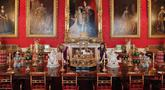 Pekerja menata meja makan yang digunakan semasa pemerintahan Ratu Victoria sebagai bagian dari pameran di Istana Buckingham, London, Rabu (17/7/2019). Pameran yang dibuka pada 20 Juli tersebut menandai peringatan 200 tahun kelahiran Ratu Victoria. (AP Photo/Frank Augstein)