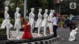 "Puluhan boneka maneken dipajang di Bundaran Hotel Indonesia (HI), Jakarta, Minggu (15/11/2020). Boneka maneken tersebut sebagai bentuk ""Mengenang Korban Kecelakaan Lalu Lintas 2020"" serta kampanye agar masyarakat lebih berhati -hati dan tertib berlalu lintas. (Liputan6.com/Johan Tallo)"
