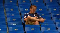 Ekspresi seorang suporter Jepang setelah pertandingan melawan Belgia pada babak 16 besar Piala Dunia 2018 di Rostov Arena, di Rostov-on-Don, Rusia, (2/7). Jepang takluk dengan dramatis atas Rusia 3-2. (AFP Photo / Juan Barreto)