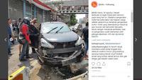 Pengendara mobil Grand Livina hitam dikeroyok massa di kawasan Hayam Wuruk, Jakarta Barat. (Instagram/JKTinfo)