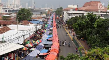 Pemandangan pedagang kaki lima (PKL) di depan Stasiun Tanah Abang, Jakarta, Kamis (3/5). Diberikannya izin berjualan di kawasan tersebut menyebabkan fungsi trotoar dan jalan raya beralih fungsi. (Liputan6.com/Immanuel Antonius)