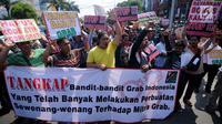 Ratusan sopir GrabCar melakukan aksi demo di depan Gedung Maspion Plaza, Jakarta Utara, Selasa (4/7). Para pengemudi berunjuk rasa karena akun mereka yang tiba-tiba diputus kemitraannya oleh pihak Grab pada Selasa (27/6). (Liputan6.com/Gempur M Surya)