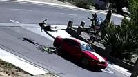 Parahnya, pengendara mobil itu lalu kabur begitu saja.