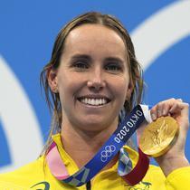 Perenang Australia Emma McKeon berpose setelah memenangkan medali emas gaya bebas 50 meter putri Olimpiade Tokyo 2020 di Tokyo, Jepang, Minggu (1/8/2021). McKeon mencetak sejarah baru sebagai perenang putri pertama yang meraih tujuh medali dalam satu gelaran Olimpiade. (AP Photo/Gregory Bull)