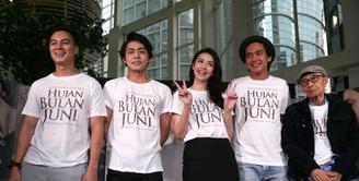 Setelah menjadi penantian panjang,  akhirnya film Hujan Bulan Juni tiba juga. Seperti kebanyakan film sebelumnya, di mana ceritanya diadaptasi dari sebuah novel. Namun untuk film ini juga diadaptasi dari puisi. (Nurwahyunan/Bintang.com)