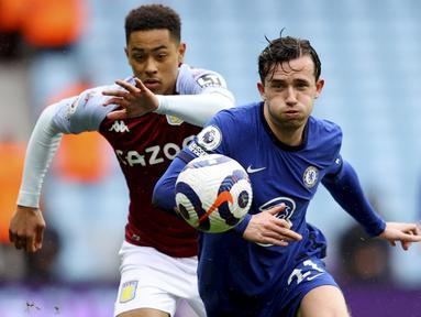 Pemain Chelsea, Ben Chilwel, berebut bola dengan pemain Aston Villa, Jacob Ramsey, pada laga Liga Inggris di Stadion Villa Park, Minggu (23/5/2021). Chelsea tumbang dengan skor 2-1. (Richard Heathcote/Pool via AP)