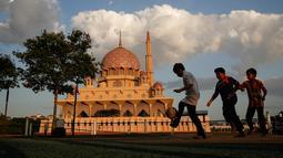 Anak-anak bermain di halaman masjid berwarna pink, kawasan Putrajaya, Malaysia. Salah satu landmark yang terkenal dari Putrajaya ini dibangun pada tahun 1997 oleh PM Mahathir Mohammad dan bisa menampung 15.000 jemaah. (File, AP Photo/Joshua Paul)