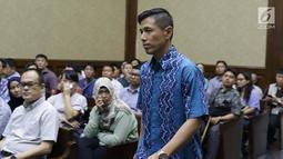 Terdakwa dugaan suap PT Krakatau Steel, Kurniawan Eddy Tjokro bersiap mengikuti sidang pembacaan vonis di Pengadilan Tipikor, Jakarta, Kamis (15/8/2019). Direktur PT Tjokro Bersaudara tersebut divonis 1 tahun 3 bulan penjara dan denda sebesar Rp 100 juta. (Liputan6.com/Helmi Fithriansyah)