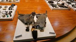 Puing-puing drone yang digunakan dalam serangan kilang minyak Aramco ditunjukkan dalam konferensi pers di Riyadh, Arab Saudi, Rabu (18/9/2019). Iran berkali-kali membantah terlibat sekaligus memperingatkan bahwa mereka akan membalas serangan yang ditujukan kepadanya. (AP Photo/Amr Nabil)