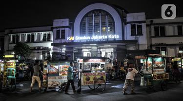 FOTO: Cegah Kerumunan, Satpol PP Tertibkan Pedagang di Kawasan Kota Tua