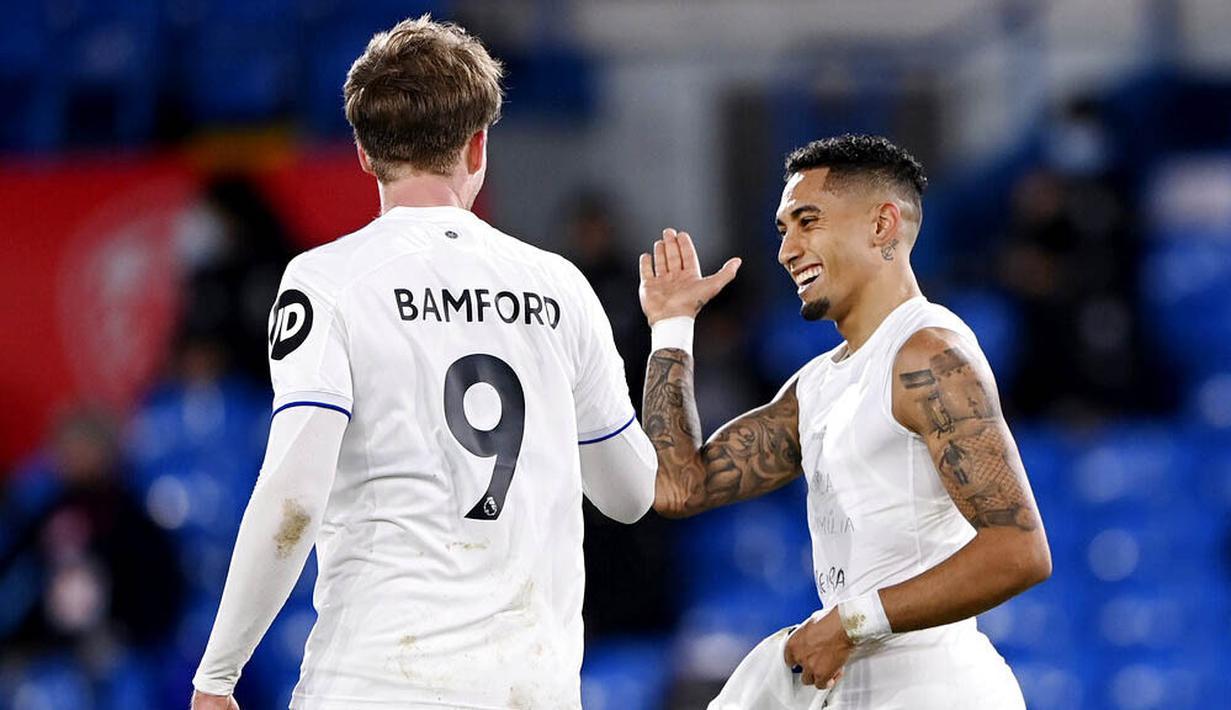 Pemain Leeds United, Raphinha, melakukan selebrasi bersama Patrick Bamford usai mencetak gol ke gawang Southampton pada laga Liga Inggris di Stadion Elland Road, Selasa (23/2/2021). Leeds United menang dengan skor 3-0. (Laurence Griffiths/Pool via AP)