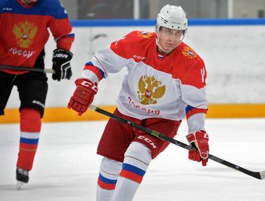 20160106-Habiskan Waktu Liburan, Putin Pamer Keahlian Main Hoki Es-Rusia