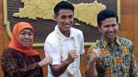 Pemain Timnas Indonesia U-22, Hanif Sjahbandi (tengah), bersama Gubernur Jawa Timur Khofifah Indar Parawansa, di Gedung Negara Grahadi, Surabaya, Jumat (1/3/2019) malam. (Bola.com/Zaidan Nazarul)