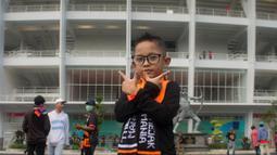 Seorang The Jakmania Cilik berpose sebelum menyaksikan laga Persija Jakarta melawan Tampines Rovers pada laga AFC Cup di SUGBK, Jakarta, Rabu (28/2/2018). Persija menang 4-1 atas Tampines Rovers. (Bola.com/Asprilla Dwi Adha)