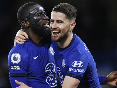 Gelandang Chelsea, Jorginho, melakukan selebrasi bersama Antonio Rudiger usai mencetak gol ke gawang Leicester City pada laga Liga Inggris di Stadion Stamford Bridge, Rabu (19/5/2021). Chelsea menang dengan skor 2-1. (Catherine Ivill/Poolvia AP)