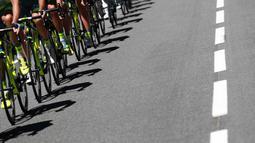 Bayangan para pebalap memacu sepeda pada ajang Tour de France dengan jarak 216 km dengan jarak antara Limoges dan Le Lioran, (6/7/2016). (AFP/Kenzo Tribouillard)