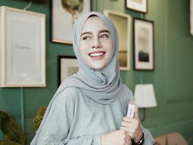 Aghnia Punjabi adalah salah satu selebgram hijab yang memiliki banyak followers di akun Instargram miliknya. Gaya hijab Aghnia ini bisa ditiru dengan padu padan yang cocok. (Liputan6.com/IG/@aghniapunjabi)