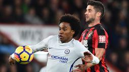 Gelandang Chelsea, Willian, berebut bola dengan gelandang Bournemouth, Andrew Surman, pada laga Premier League di Stadion Vitality, Sabtu (28/10/2017). Chelsea menang 1-0 atas Bournemouth. (AFP/Glyn Kirk)