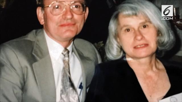 Seorang pria melamar dan menikahi istrinya tiga kali selama hidupnya. Momen tersebut dilakukan saat ulang tahun pernikahan yang ke-50.