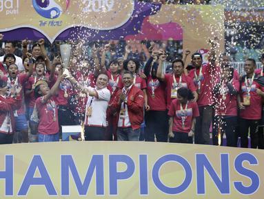 Ketua PSSI, Mochammad Iriawan, memberikan trofi juara kepada pemain Persib Bandung Putri di Stadion Pakansari, Bogor, Sabtu (28/12). Persib Putri juara Liga 1 Putri 2019.(Bola.com/Yoppy Renato)