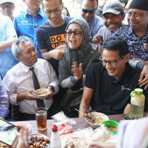 Sandiaga bersama Ketua PAN Zulkifli Hasan menyicip soto yang berbeda dari soto favorit Jokowi untuk menu sarapannya. (Liputan6.com/Fajar Abrori)