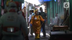 Petugas PMI melakukan penyemprotan disinfektan di Pasar Tradisional Cikini, Jakarta Pusat, kamis (9/7/2020). Penyemprotan ini untuk mencegah penyebaran virus corona (COVID-19). (merdeka.com/Imam Buhori)