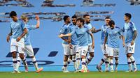 Gelandang Manchester City, David Silva (tengah) berselebrasi dengan rekan-rekannya usai mencetak gol ke gawang Burnley pada pertandingan lanjutan Liga Inggris di Stadion Etihad di Manchester, Inggris (22/6/2020). City menang telak 5-0 atas Burnley. (Shaun Botterill/POOL/AFP)
