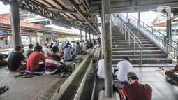 Umat Islam mendengarkan ceramah saat menunaikan salat Jumat di Stasiun Kampung Bandan, Jakarta, Jumat (7/5/2021). Jemaah Masjid Al-Hidayah salat Jumat di Stasiun Kampung Bandan karena keterbatasan lahan, terlebih jumlah meningkat di saat Ramadan. (merdeka.com/Iqbal S. Nugroho)