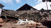 Kondisi rumah yang mengalami kerusakan akibat gempa di Dusun Krajan, Majangtengah, Dampit, Kabupaten Malang, Minggu (11/4/2021). Dusun Krajan, Majangtengah, merupakan salah satu wilayah yang terkena dampak paling parah dari gempa bermagnitudo 6,1 pada Sabtu (10/4). (merdeka.com/Nanda F. Ibrahim)