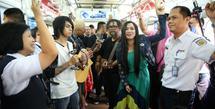 Band Cokelat di KRL (Adrian Putra/Fimela.com)