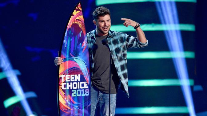 Aktor Zac Efron menerima penghargaan pada Teen Choice Awards di California, 12 Agustus 2018. Malam itu Zac berhasil membawa pulang tiga piala untuk kategori Aktor Drama Terbaik, Kolaborasi Terbaik, dan Film Terbaik. ( Chris Pizzello/Invision/AP)