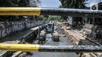 FOTO: Cegah Banjir, Lumpur Kali Sentiong Dikeruk Alat Berat