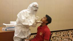 Pemain Timnas Indonesia U-19, Mochammad Supriadi, mengikuti tes Swab di di Hotel Fairmont, Jakarta, Kamis (30/7/2020). Pemain senior dan pemain U-19 melakukan tes Swab jelang pemusatan Latihan. (Dokumentasi PSSI)
